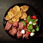 Roast beef with potato crisps and a lazy caprese by attomanen