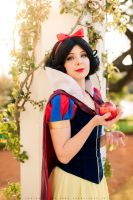Snow White - Cosplay by Thecrystalshoe