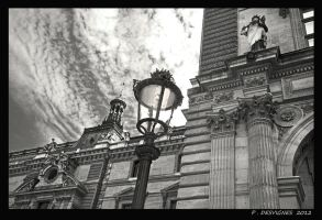 Louvre facade by bracketting94