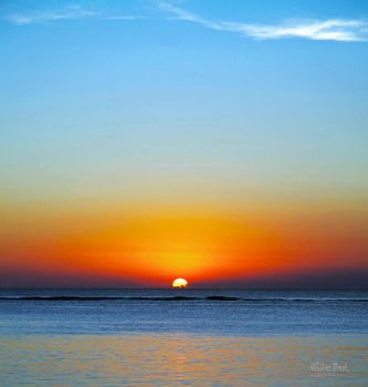 Sunset in the sea... by WhiteBook