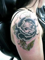 bLACK rOSE and sKULL tATTOO by tWILIGHTEYES