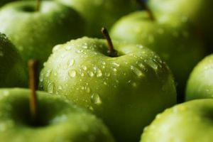 Green apples by puppiferrero
