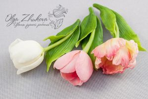 Brooch with tulips from cold porcelain by polyflowers