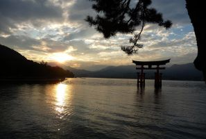 Sunset in Miyajima by ninakuru