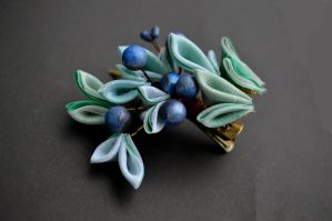 Juniper Kanzashi: Winter evergreen with berries. by hanatsukuri