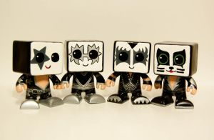 Kiss HeartBots by maskedrabbitcrafts