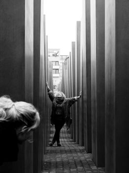 Im Holocaust-Mahnmal in Berlin by ExcitedAtom