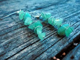 Green Stones and Wire Earrings by neonsilkia