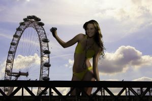 Giantess confuses London Eye with vending machine by Accasbel