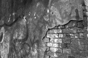 The Chipped Wall by leoslim