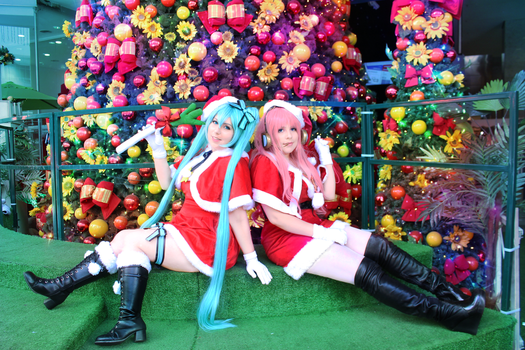 Christmas_Luka and Miku_Vocaloid by NeeHime
