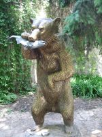 Grizzly bear statue by Redilion