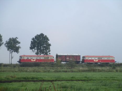 Traditional local train by Fredkaluppke